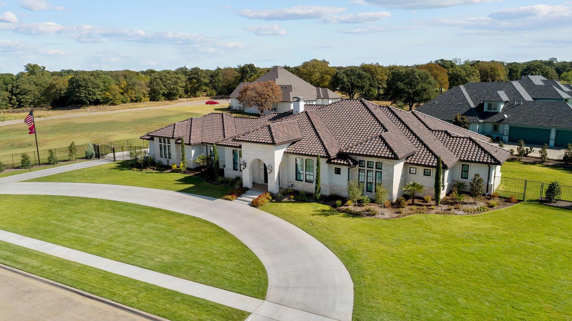 https://ml8umxs3iemf.i.optimole.com/h7Yz7ao-ABApxrLD/w:auto/h:auto/q:auto/https://seanknightcustomhomes.com/wp-content/uploads/2020/11/modern-farmhouse-aerial-fort-worth-texas-6.jpg