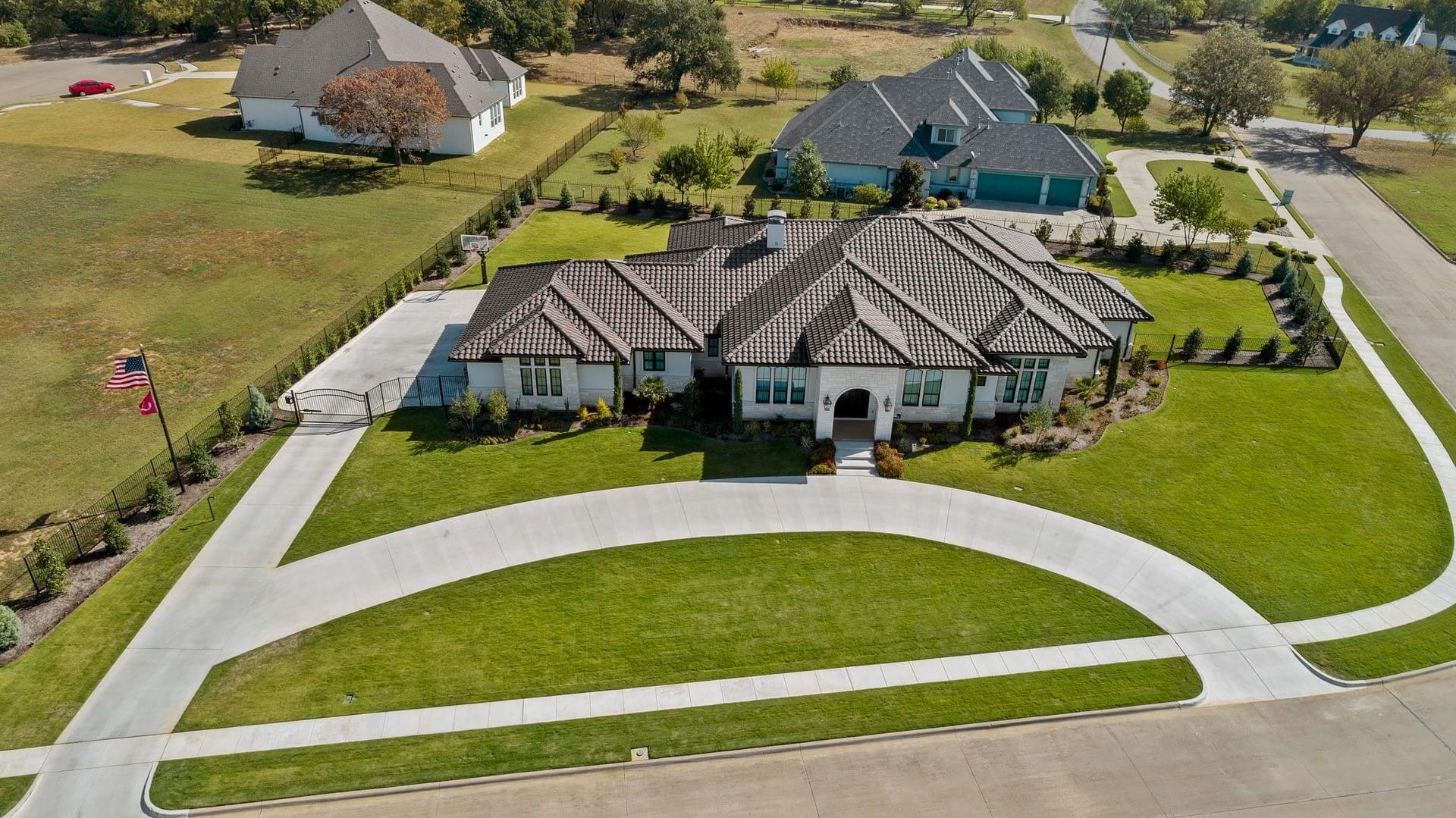https://ml8umxs3iemf.i.optimole.com/h7Yz7ao-Yh9U3ON2/w:auto/h:auto/q:auto/https://seanknightcustomhomes.com/wp-content/uploads/2020/11/modern-farmhouse-aerial-fort-worth-texas-7.jpg