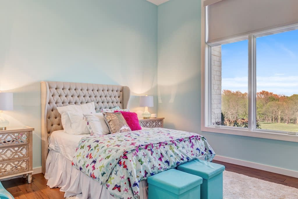 https://ml8umxs3iemf.i.optimole.com/h7Yz7ao-dhOsbUZE/w:auto/h:auto/q:auto/https://seanknightcustomhomes.com/wp-content/uploads/2019/10/Vozeh-Secondary-Bedroom-2.jpg