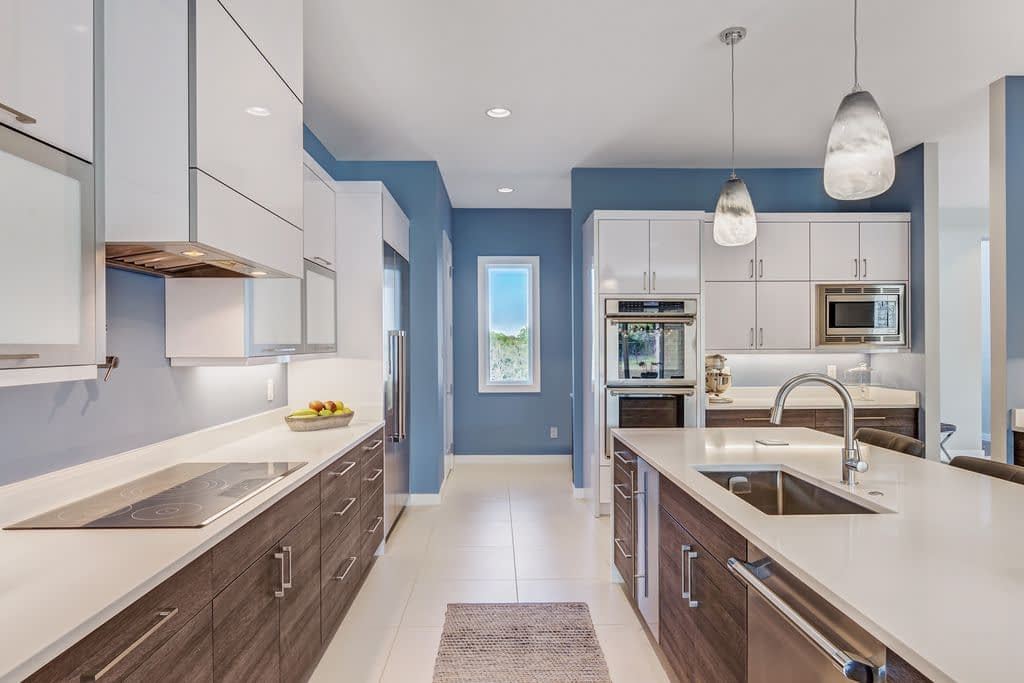 https://ml8umxs3iemf.i.optimole.com/w:auto/h:auto/q:auto/https://seanknightcustomhomes.com/wp-content/uploads/2019/10/Vozeh-Kitchen-View-5.jpg