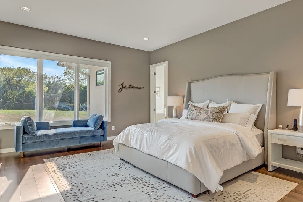 https://ml8umxs3iemf.i.optimole.com/w:auto/h:auto/q:auto/https://seanknightcustomhomes.com/wp-content/uploads/2019/10/Vozeh-Master-Bedroom.jpg